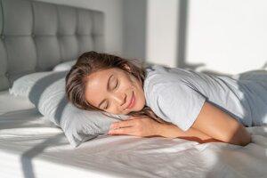 Kvalitný spánok si zabezpečíte, ak je teplota v spálni menej ako 22 stupňov a vlhkosť vzduchu 45 percent.