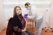 Niektorí učitelia už dostali prvú dávku vakcíny.