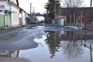 Železničná ulica v Leviciach.