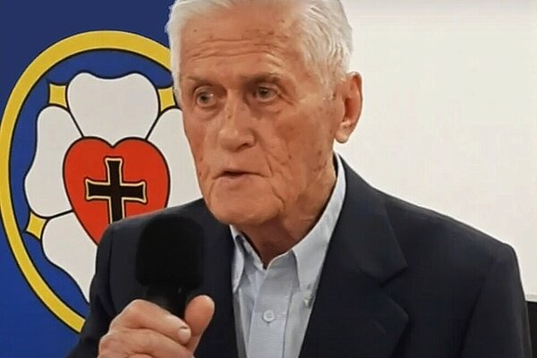Evanjelický farár Miroslav Hvožďara st. zomrel vo veku 84 rokov.