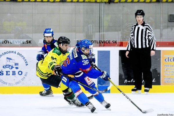 Samuel Drapák (v žltom) vzápase SHL proti výberu SR U18.