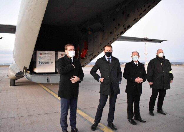 1. marec 2021. Igor Matovič, Marek Krajčí a ruský Sputnik V na košickom letisku.