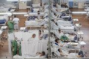 Pacienti s ochorením COVID-19 ležia v poľnej nemocnici, ktorú dočasne postavili vo vnútri športového kolosea v obci Santo André na predmestí Sao Paula.