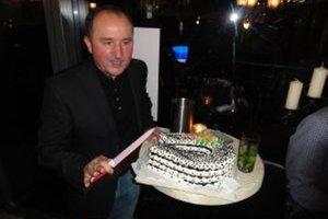 Tomášovi Galbavému upiekli pre šťastie vo voľbách tortu v tvare podkovy.