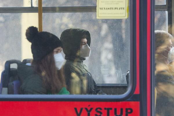 Cestujúci s respirátormi sedia v trolejbuse na Sídlisku III v Prešove.