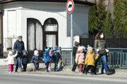 Škôlkari sa v sprievode učiteliek vybrali aj na prechádzku.