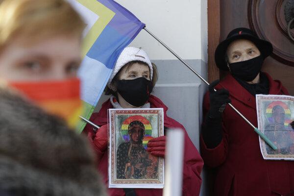 Demonštrácia na podporu poľskej umelkyne, ktorá bola stíhaná za spodobenie Márie s dúhovou svätožiarou.