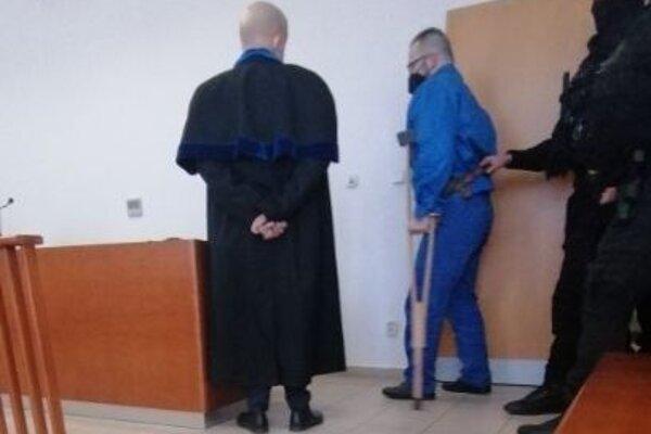 Borženský prišiel na trnavský súd o barlách v sprievode kukláčov.