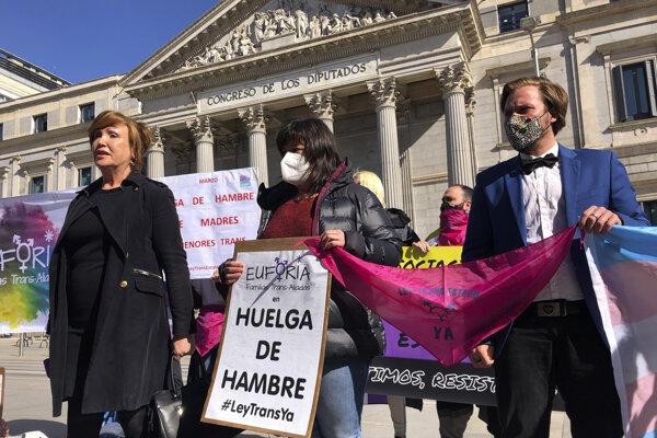 Aktivisti pred dolnou komorou španielskeho parlamentu.