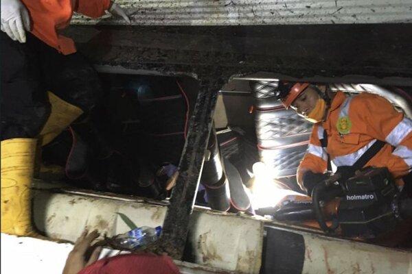 Záchranné práce pri nehode autobusu v Indonézii.
