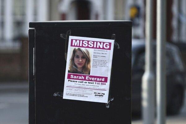Oznámenie o nezvestnej Sarah Everardovej na ulici v Londýne.