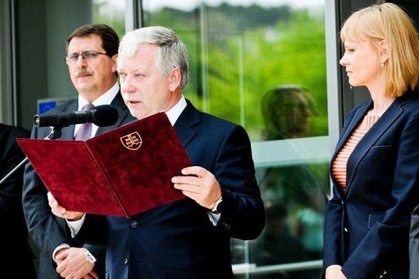 Riaditeľa nemocnice a poslanca Jána Valockého, kolegovia zdravotníci zo Smeru podržia.