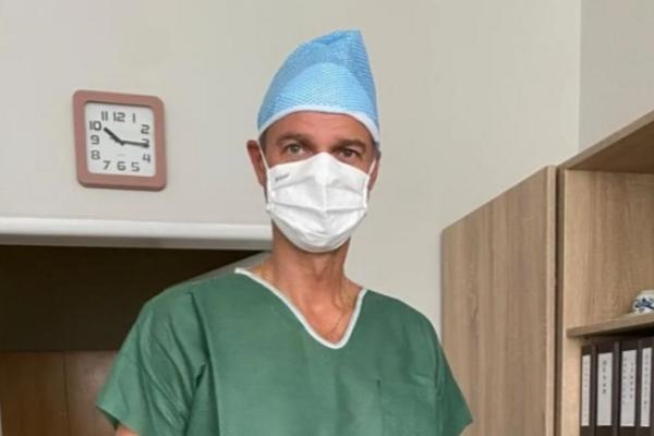 Jediný zaočkovaný poslanec Hlasu má atestáciu z chirurgie prvého stupňa a špecializačnú skúšku z úrazovej chirurgie.