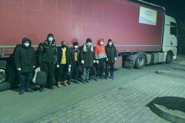 Skupinu nelegálnych migrantov objavili v kamióne v Krupine.
