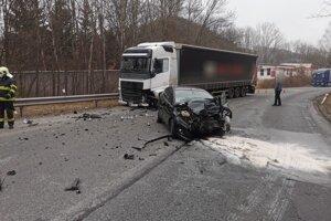 Zrážka osobného auta s kamiónom.