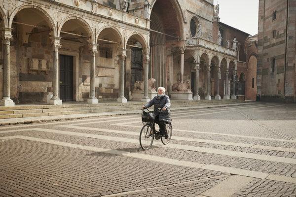 Osemdesiatsedemročná Gioconda Brunelli sa vezie do nemocnice na prvú dávku očkovania.