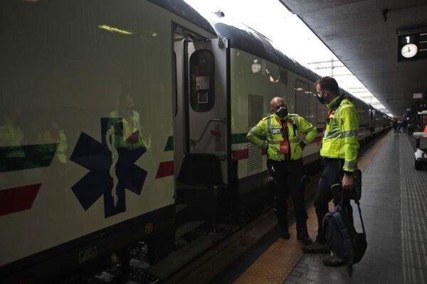 Vlak so zdravotníckym materiálom na stanici Termini v Ríme.