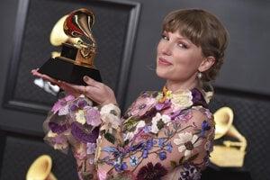 Taylor Swift vyhrala so svojim albumom Folklore.