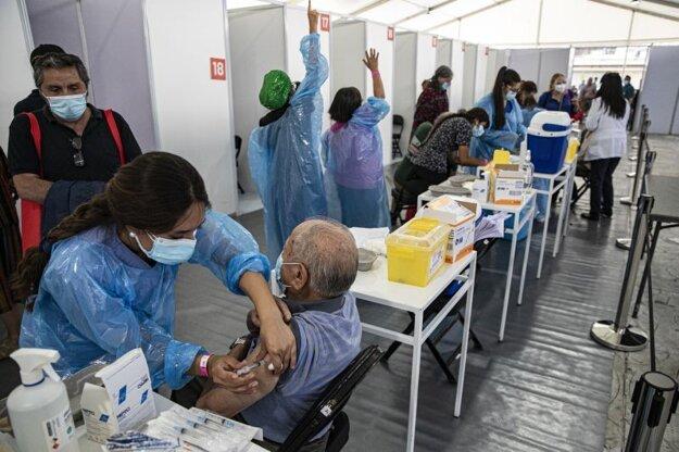 Očkovanie vakcínou Sinovac od čínskej spoločnosti Sinopharm v útrobách štadióna Bicentenario v Santiagu de Chile.