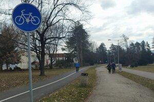Chodníky sú označené dopravnými značkami.