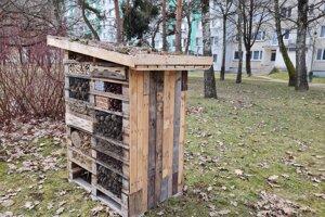 Ak sa hmyzu ubytovanie zapáči, Správa mestskej zelene plánuje osadiť v meste i ďalšie takéto hotely.