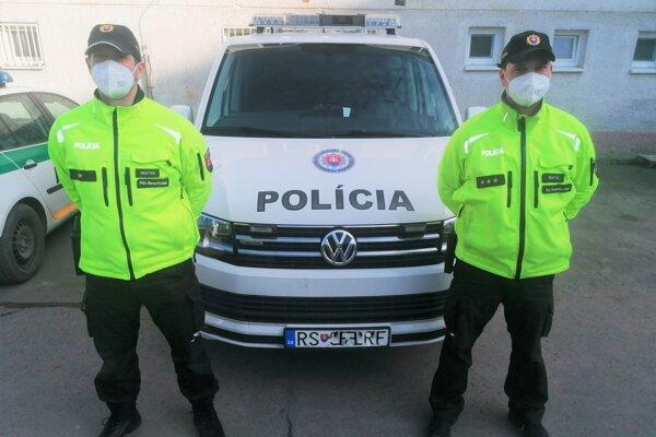 Dvojica policajtov, ktorá zachraňovala odpadnutého muža.