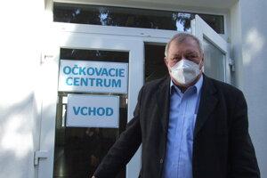 Riaditeľ školy Jaroslav Maček pred vstupom do očkovacieho  centra, ktoré  sobotu otvoria v areáli školy.