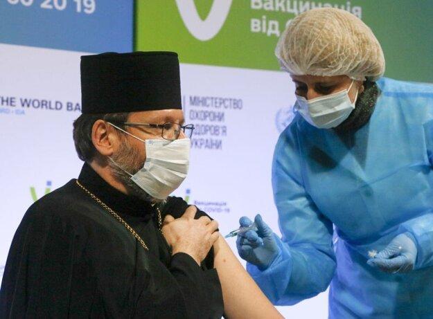 Arcibiskup ukrajinskej ortodoxnej cirkvi Sviatoslav Ševčuk príjima vakcínu AstraZeneca.