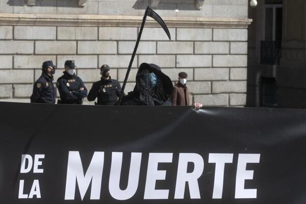 Počas rozpravy a hlasovania demonštrovali pred budovou parlamentu v Madride skupiny, ktoré sú za aj proti tejto právnej norme.
