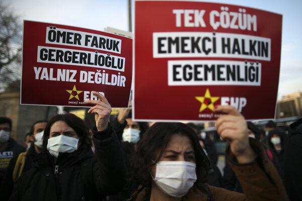 Ľudia v Istanbule demonštrovali na podporu prokurdskej strany.