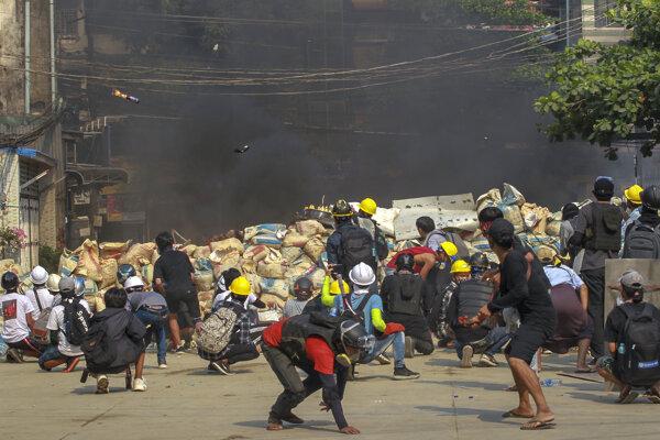 Protesty proti puču v Mjanmarsku trvajú od začiatku februára.