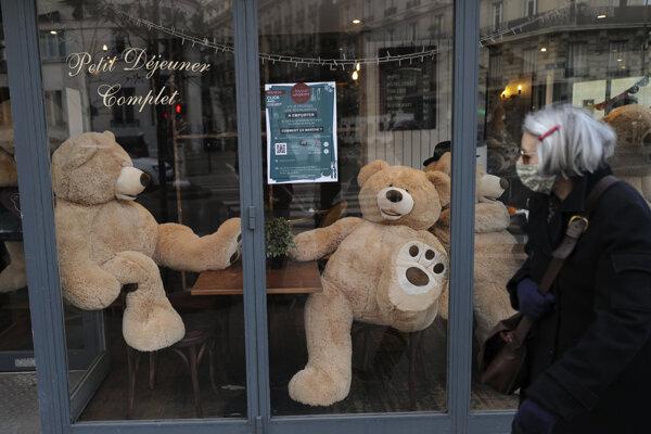 Plyšové medvede sedia za stolmi v reštaurácii v Paríži.