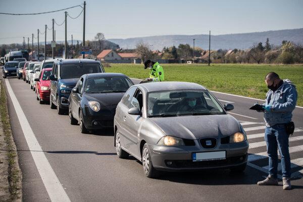 Polícia kontroluje opatrenia. (ilustračné foto)
