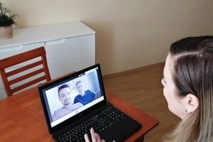 Triedna učiteľka 7.B. patricia Valentínová počas videohovoru s Adelou a Viktorom