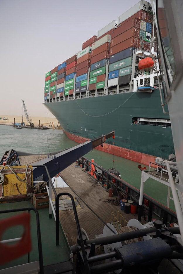 Pohľad na nákladnú loď z iného vlečného plavidla.