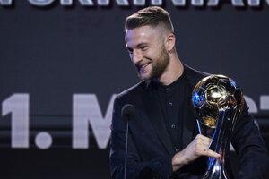 Milan Škriniar s trofejou pre najlepšieho futbalistu Slovenska.