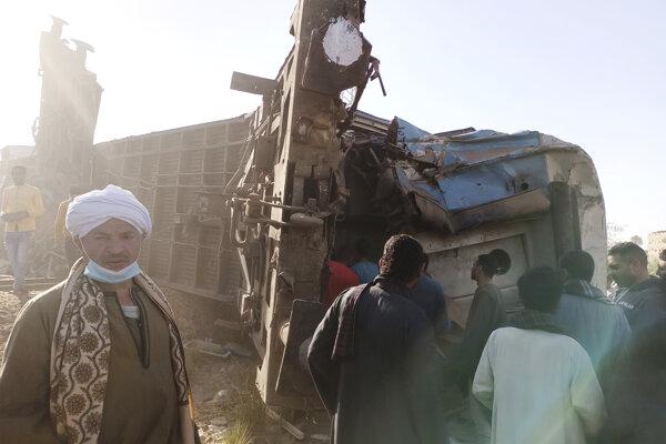Pôvodné správy hovorili o 32 obetiach nehody vlakov v Egypte, teraz úrady ich počet znížili.