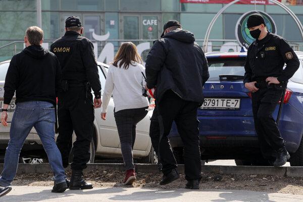 Bieloruská polícia zadržala jednu z demonštrujúcich žien.