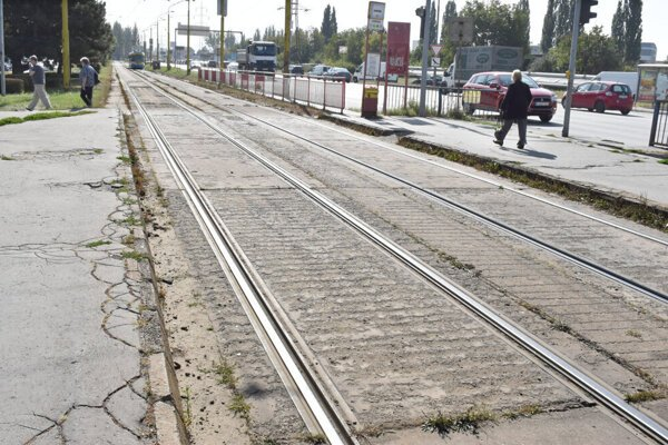 Zničená električková trať na košickom sídlisku Nad jazerom.