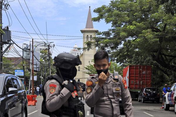 Polícia hliadkuje na mieste činu v meste Makasar v Indonézii.