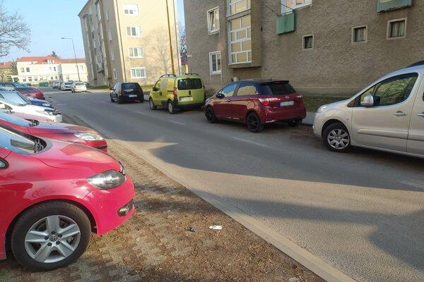 Pre odstavené autá nastávajú kolízne situácie.