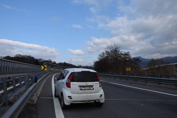 Vodič odstavil auto priamo na diaľnici a odišiel do mesta.