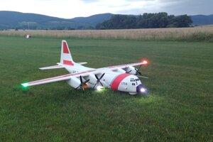 Maketa lietadla C-130 Hercules v markingu americkej pobrežnej stráže brata Janka Oravca na letisku Častá (leto 2021). Model o rozpätí 2540 mm a hmotnosti 9 kg je vybavený telemetriou, pozičnými svetlami, brzdou zadných kolies a zvukovým modulom  imitujúcim chod turbovrtuľových motorov a komunikáciu posádky lietadla s vežou letiska. Na obrázku dobre vidieť pozičné a pristávacie svetlá modelu.
