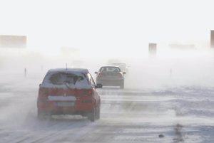 PopradAutá prekonávajú snehové jazyky na ceste medzi Popradom a Starým Smokovcom v silnom vetre a hustom snežení.