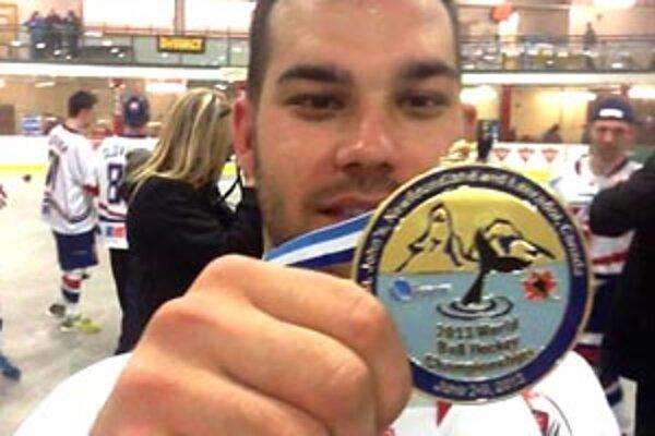 Marek Slovák s vytúženou zlatou medailou. Na MS hral druhý raz, pred dvoma rokmi získal v Bratislave bronz.
