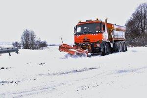 TatryPosypové vozidlo odhŕňa cestu medzi Starým Smokovcom a Veľkým Slavkovom.