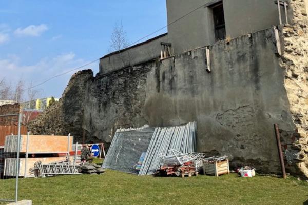Poškodené hrady obnovia.