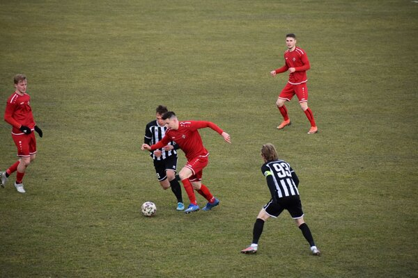 Marián Pišoja (v červenom s loptou).