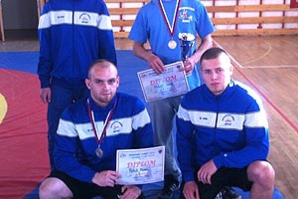 Zľava hore Koniar, Molnár ml. v pokľaku tréner Marek a Néger.