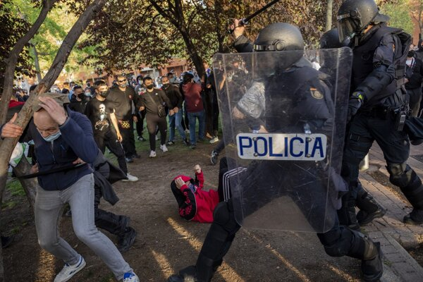 Míting extrémistickej strany Vox narušil príchod zhruba dvoch tisícok antifašistických demonštrantov, ktorí začali spievať protifašistické heslá a hádzať na policajtov kamene a iné predmety